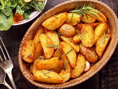 Печени пресни картофи с бира, масло, копър, чесън и много подправки по селски на фурна - снимка на рецептата